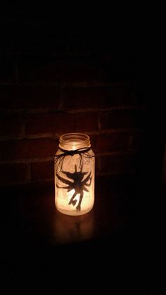 Frisch gefangen Cornish Pixies! Seien Sie vorsichtig..., dass Sie sie provozieren könnte!  Diese Einweckgläser machen eine große dekorative Bereicherung für Ihr Wohnzimmer, Schlafzimmer oder Harry Potter-Themen Zimmer/Sammlung. Jedes Glas enthält eine Cornish Pixie, wunderschön durch das Glühen der ein Teelicht oder votive Kerze zum Leben erweckt. Ein bisschen Schnur um den Rand fügt genau die richtige Menge an Dekoration lassen Sie das Glas auszusehen, auch wenn unbeleuchtet. Das Glas ist…