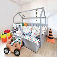 Invista em um quarto de irmãos lúdico e com personalidade. A cama casinha com bicama da @ueh_design além de deixar o quarto com mais espaço para brincar, você vai poder ver os seus dois pequenos dormindo juntinhos.❤️ http://bit.ly/BicamaCasinha