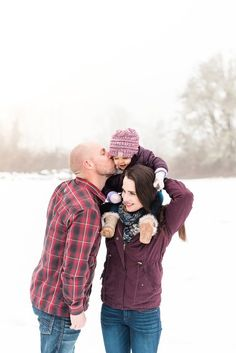 Snow Photography Tips Winter Couple Pictures, Winter Family Photos, Family Pictures, Winter Family Photography, Snow Photography, Family Photo Outfits, Outdoor Photos, Maternity Pictures, Outdoor Outfit