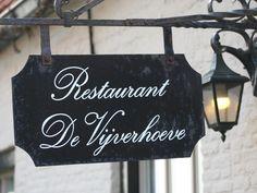 """Von aussen könnte das Restaurant """"De Vijverhoeve"""" in Sint Anna ter Muiden zwischen Sluis und der belgischen Grenze ein perfektes Postkartenmotiv abgeben – es ist ein ehemaliges flandrisches Bauernhaus. Innen reizt """"De Vijverhoeve"""" mit bester authentischer Küsten-Küche Seeländisch-Flanderns; seit 23 Jahren ist das Restaurant im Familienbesitz von Jan und Caroline Grahame und eine feste Größe … Hotels, Chalkboard Quotes, Art Quotes, Anna, Reusable Tote Bags, Restaurant, Decor, Farmhouse Windows, Event Calendar"""