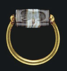 A GREEK GOLD AND BANDED AGATE FINGER RING                                                                                                                                                                       CLASSICAL PERIOD, CIRCA MID 5TH CENTURY B.C.