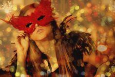 Mascara vermelha com plumas