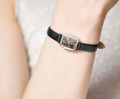 He encontrado este interesante anuncio de Etsy en https://www.etsy.com/es/listing/234547468/black-small-womens-wrist-watch