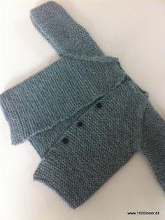 En cardigan er meget anvendelig (måske uundværlig), og afhængig af årstiden kan den strikkes i enten uld eller bomuld. Her er den strikket i 100 % uld, og der er anvendt 2 nøglerSemilla fra BC Garn og strikkepinde nr. 4. Trøjen er strikket i retstrikning og i et stykke. Trøjen her lukkes med tryklåse, men da billedet blev taget, havde jeg ikke lige fået den detalje på plads. Man også overveje at lave små løkker til knaphuller (evt. hækles) eller bindebånd.