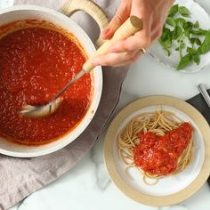 This easy homemade spaghetti sauce recipe calls for fresh tomatoes, so it's perfect for summertime when you have a bumper crop of homegrown beauties or you went Fresh Tomato Recipes, Homemade Tomato Sauce, Homemade Pasta, Tomato Basil Sauce, Pasta Sauce Recipe Video, Pasta Sauce Recipes, Healthy Pasta Sauces, Healthy Pastas, Healthy Recipes