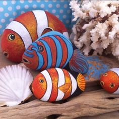 Best Fish Painted Rocks Ideas Here you can see fish painted rocks ideas to stimulate your imagination. Enjoy and choose your favourites!Here you can see fish painted rocks ideas to stimulate your imagination. Enjoy and choose your favourites! Rock Painting Patterns, Rock Painting Ideas Easy, Rock Painting Designs, Rock Painting Kids, Pebble Painting, Pebble Art, Stone Painting, Body Painting, Trippy Painting
