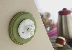 Staré časy pripomínajúci vypínač pochádza z aktuálnej  ponuky značky Fontini ako kolekcia Garby Colonial,  drevené vyhotovenie rámu v zeleno-zlatej farebnosti  necháva vyniknúť biely spínač. Upmax.eu