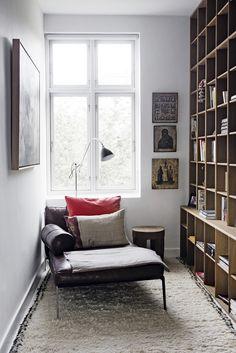 Familien elsker at læse og slappe af her. Briksen er købt i Casa Shop, og puderne er fra Day Home. Gulvtæppet er fra Othilia Décor. Reolen er bygget af Københavns Møbelsnedkeri.