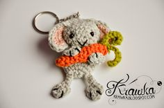 Krawka: Cute bunny holding the huge carrot - key chain with free pattern. Smart idea for a crochet gift.