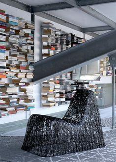 Une bibliothèque rythmée par des centaines d'étagères
