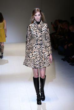 Frida Giannini reinterpreta el legado de Gucci a golpe de silueta 'sixties' y una paleta de color basada en tonos suaves. Por la revista Bazaar.
