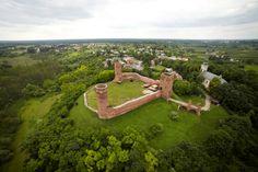 Zdjęcie z lotu ptaka prezentujące ruiny zamku w Czersku.