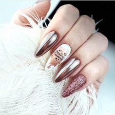 Metallic nails, aka chrome nails, are a trend that will make your nails look chic and classy. Check out our suggestions for achieving trendy nails this season. Chrome Nail Art, Metallic Nails, Matte Nails, Glitter Nails, Silver Nail, Gradient Nails, Holographic Nails, Acrylic Nails, Gel Nail Designs