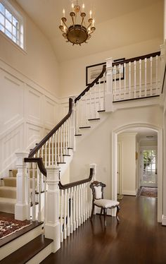 Entryways decorations with stairs are quite common and quite easy decorate as well. Here´s some inspirations. For more inspirations tap on the image. Foyer Staircase, Entry Foyer, Entryway Decor, Staircase Ideas, Mansion Rooms, House Stairs, Architectural Elements, Dream Rooms, Victorian Homes