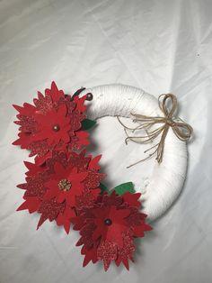 Esta bonita Corona se elabora con flores hechas en fieltro. Si quieres aprender a elaborarlo visita nuestro canal en YouTube crearydecorar Leaf Tattoos, Wreaths, Fall, Home Decor, Christmas Wreaths, Christmas Decor, Pretty, Felting, Flowers