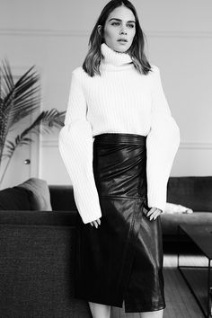 I think you guys know by now how much i love sweater.This one might be the ultimate one! Minimalist Fashion, Minimalist Style, Morin, Look 2015, Style Challenge, Short Outfits, Put On, Fashion 2017, Short Skirts