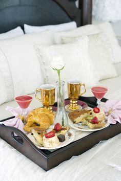 Busca hoteles para noche de bodas con 5 meses de anticipación y una buena idea? Room Service!! ;)