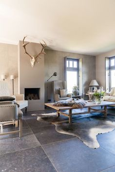 Living room with natural stone and antlers - Best Interior Design Ideas Small Living Rooms, Home Living Room, Living Room Designs, Salons Cosy, Slate Flooring, Scandinavian Furniture, Living Styles, Best Interior Design, Room Inspiration