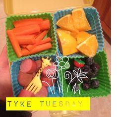#tyketuesday  hot dog, hot dog, hot diggity DOG!! #mickeymouseclubhouse  sorry  ➡ Orange slices ⬇ Carrots ⬅ Blueberries ⬆ Applegate hotdog  #paleo #kidapproved #keepitpaleo #jerf #fitkids #feedyourkidsright #hashtagpaleo K