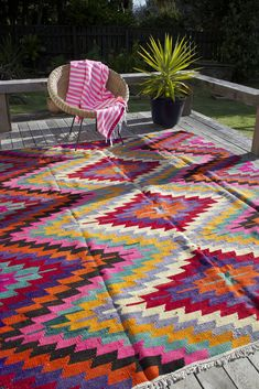Kelims bringen mit ihren leuchtenden Farben und orientalischen Mustern Pepp in die Bude | brighten up your home with a colourful kilim rug is a simple way to create a bohemian or vintage style