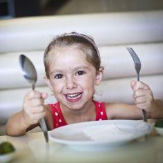 Alimentación infantil. Cómo evitar la obesidad infantil siguiendo 10 mejores consejos básicos para cuidar el ambiente familiar durante la hora de la comida o cena con los niños.