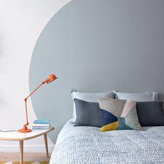 """Dans l'une des chambres d'enfant du GQ familial haut en couleurs, les architectes ont opté pour un immense cercle peint en """"Terre d'Orient"""" en guise de tête de lit"""