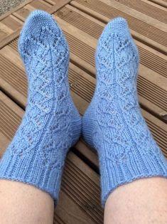 Tässä vielä viimeiset sukat ennen lomaa. Vanhaa lankavarastoa olen yrittänyt pienentää ja niistä olen tehnyt nämä Emiliat-siniset pitsisukat.