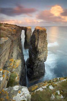 Impresionante atardecer en la costa de Escocia.