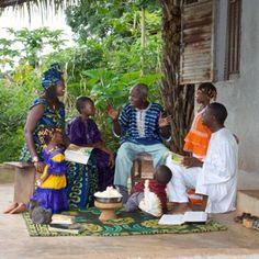 Une famille discutant d'un thème biblique