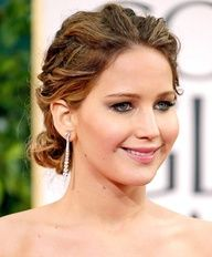 When Jennifer Lawrence accepted her Best Lead Actress in a Musical or Comedy Golden Globe, she sure did it in style! Though she went with subtle smoky eyes and a neutral pink lip, Lawrence took liberty with her tresses, styling them into an intricate updo. #celebstylewed @celebstylewed