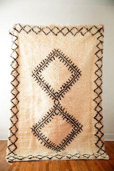 THE BOW-TIE FIGHTER vintage berber moroccan rug – Coco Carpets