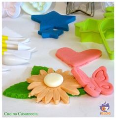 Come preparare la pasta di zucchero in casaINGREDIENTI  50 g di glucosio o miele 30 g di acqua 5 g di colla di pesce 550 g di zucchero a velo coloranti a scelta in gel o in polvere