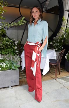 You are looking for cool business fashion? Take an example of Victoria Beckham - Business look: Victoria Beckham dares to try the unusual color combination of light blue and tomato - Mode Victoria Beckham, Victoria Beckham Outfits, Victoria Beckham Fashion, Business Fashion, Business Mode, Fashion Mode, Daily Fashion, Spring Fashion, Mode Outfits