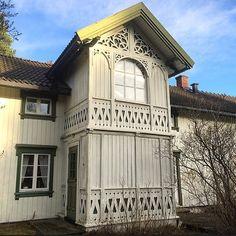 Vakkert sveitserhus på Jessheim. #sveitserhus #sveitservilla #gamletrehus #gamlehus #gamlahus #oldhouse #glassveranda #glasveranda #sekelskifte #snekkerglede #snickarglädje #bygningsvern #byggnadsvård #byggogbevar #levlandlig #landliv #lantliv #vakrehjem #jessheim