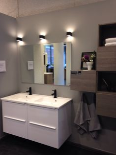 Bad fra Kvik Alnabru. Ontario, Double Vanity, Conference Room, Bathroom, Bad, Table, Furniture, Home Decor, Washroom