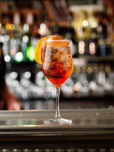 En sval sommardrink med porlande bubbel och sötsur likör. Det är enkelt att blanda en Aperol spritz - se vårt klassisk recept här. Cocktail Drinks, Alcoholic Drinks, Beverages, Cocktails, Aperol Spritz Recept, Drink Menu, Food And Drink, Starters, Guacamole