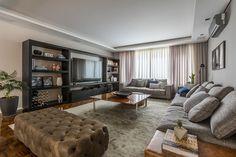Decoração de apartamento, apartamento, apartamento masculino, apartamento com ambientes integrados. Na sala sofá cinza, mesa de centro de madeira, estante preta e plantas para decorar.