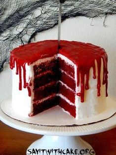 Bloody Halloween Cake Maybe this is taking a stab in the dark, but I bet your dying to try a slice of this cake! This Bloody Halloween cake is a delicious red velvet four layer cake with cream cheese filling, topp… Bloody Halloween, Halloween Desserts, Scary Halloween Cakes, Postres Halloween, Christmas Desserts, Halloween Treats, Adult Halloween, Halloween Party, Halloween Bedroom