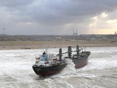 Cargoschip strandt voor de kust van Wijk aan Zee :: nrc.nl