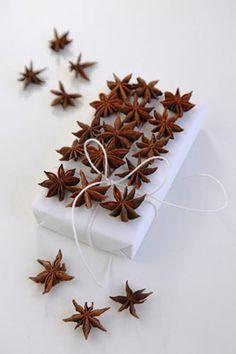 Inspiration zu Weihnachten: die schönsten Geschenkverpackungen. In zehn Tagen ist Weihnachten. Zeit, die Geschenkpapierrollen hervorzunehmen. Und eine alte Zahnbürste. Oder alte Fotos. Oder Atlanten. Oder Küchentücher. Oder Wollreste. Was Upcycling mit Weihnachtsgeschenken zu tun hat, seht Ihrgleich etwas weiter unten. Frohes Stöbern. PhotoHelga Noack #tadah #itsamomsworld #mothermag #magazin #mamablog #motherhood #motherswelove #lebenmitkindern #lifewithkids #swissmom #swissblog…