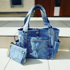 Denim Fashion, Fashion Bags, Diy Bags Jeans, Denim Bag Patterns, Jean Purses, Denim Crafts, Quilted Bag, Fabric Bags, Denim Outfit