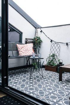 Zdjęcie numer 11 w galerii - Mieszkanie na poddaszu stuletniej kamienicy na krakowskim Salwatorze Deck Over, Black Garden, Backyard, Patio, Cozy Living, Terrazzo, Interior Design, Outdoor Decor, Rooms