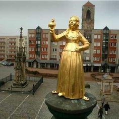 Woki-Foto : Butterjungfer auf dem Zerbster Martplatz vom Roland bewacht...