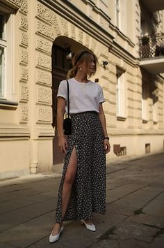 It's possible to terminate wanting to know what to wear to function to appear as trendy as you do away from the place of work. Maxi Skirt Outfit Summer, Floaty Summer Dresses, Maxi Skirt Outfits, Summer Outfits, Simple Outfits, Casual Outfits, Cute Outfits, Work Fashion, Modest Fashion