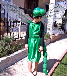 Lots of inspiration, diy & makeup tutorials and all accessories you need to create your own DIY Dragonfly Costume for Halloween. Easy Costumes, Group Costumes, Halloween Costumes For Kids, Halloween Forum, Fly Costume, Dragonfly Decor, Halloween Karneval, Dress Up Boxes, Kids Dress Up