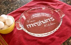 Etched pie plate (great for those platters you bring to parties and don't seem… Vinyl Projects, Diy Craft Projects, Project Ideas, Craft Ideas, Custom Engraving, Laser Engraving, Laser Engraved Gifts, Etched Glassware, Vinyl Signs