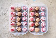Cupcakes cytrynowe nadziewane malinami z kremem malinowym, cupcakes czekoladowe nadziewane Nutellą z kremem o smaku Nutelli i orzechami laskowymi, cupcakes kokosowe z nadzieniem z czarnej porzeczki i kremem z czarnej porzeczki