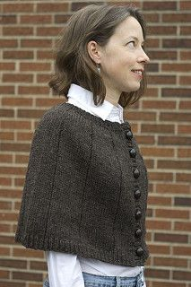 This infinitely practical and stylish capelet is extremely versatile. Wear it heading out for an Autumn walk, meeting a friend for coffee, or hanging out with a book. Try it with jeans or your favorite skirt! Capelet Knitting Pattern, Knitted Capelet, Loom Knitting, Knitting Patterns Free, Crochet Cape, Crochet Shirt, Knit Crochet, Crochet Vests, Crochet Edgings