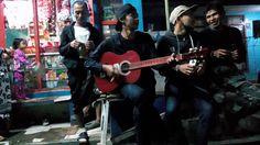 nongkrong di warung mang ayi sambil bermain musik 0