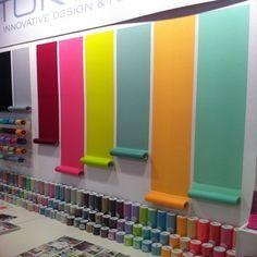 Idée vitrine pour background pour mettre en valeur produit et tendances couleur, pourrait être fait avec papier laminé